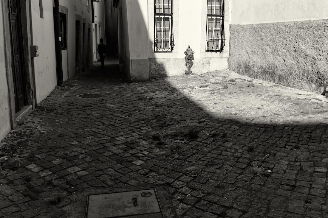 largo no bairro de alfama em Lisboa