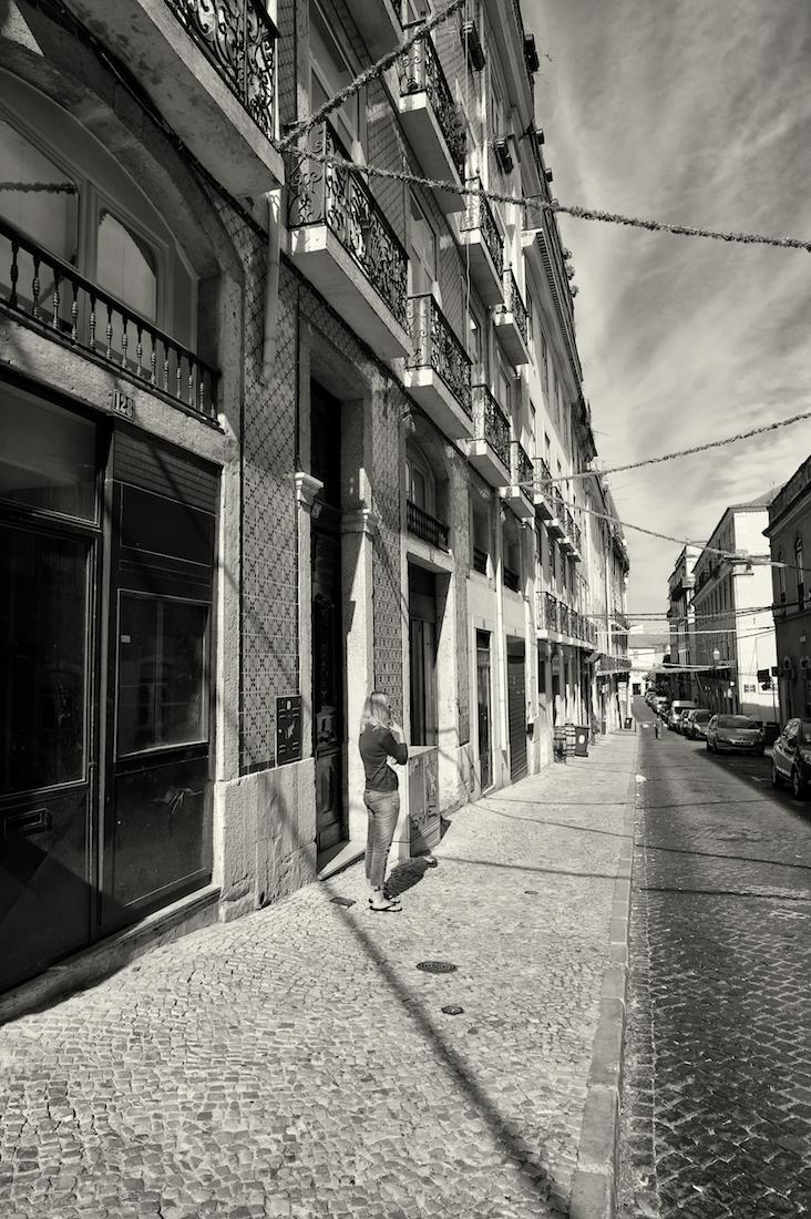 mulher em rua com enfeites típicos das festas populares