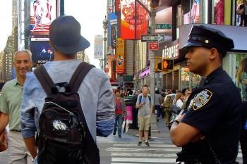 pessoas e agente da polícia em times-square, manhattan, nova iorque