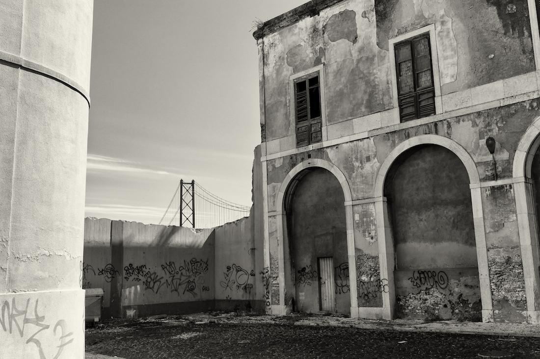 ponte 25 de Abril por entre armazéns abandonados de Alcântara