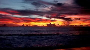 pôr do sol junto à praia em tanahmasa, indonésia