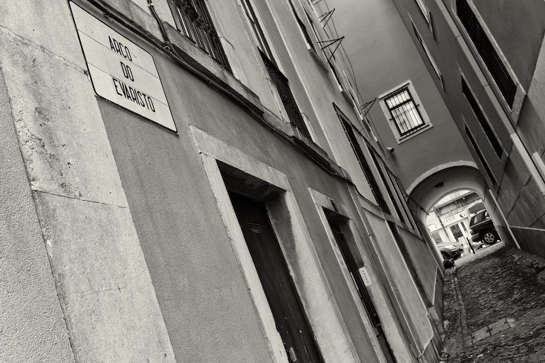 estreita rua do evaristo em Lisboa