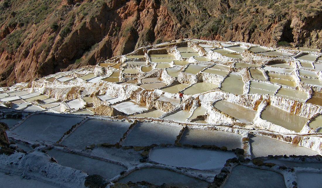 Socalcos, tanques e divisórias das salinas de maras no Peru