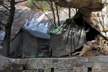 Tendas militares para alojamento de trabalhadores da montanha