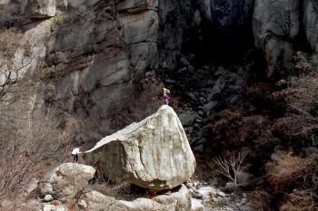 Turistas em equilibrismos sobre grandes rochas