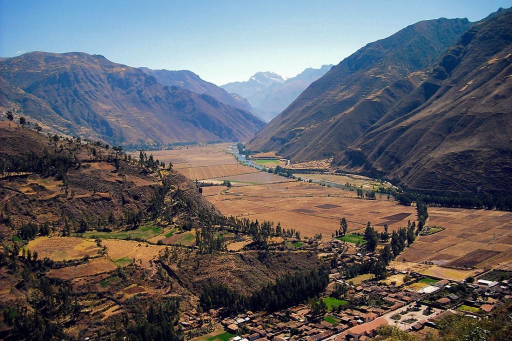 Esplendoroso vale sagrado de urubamba cheio férteis terrenos agrícolas junto ao rio
