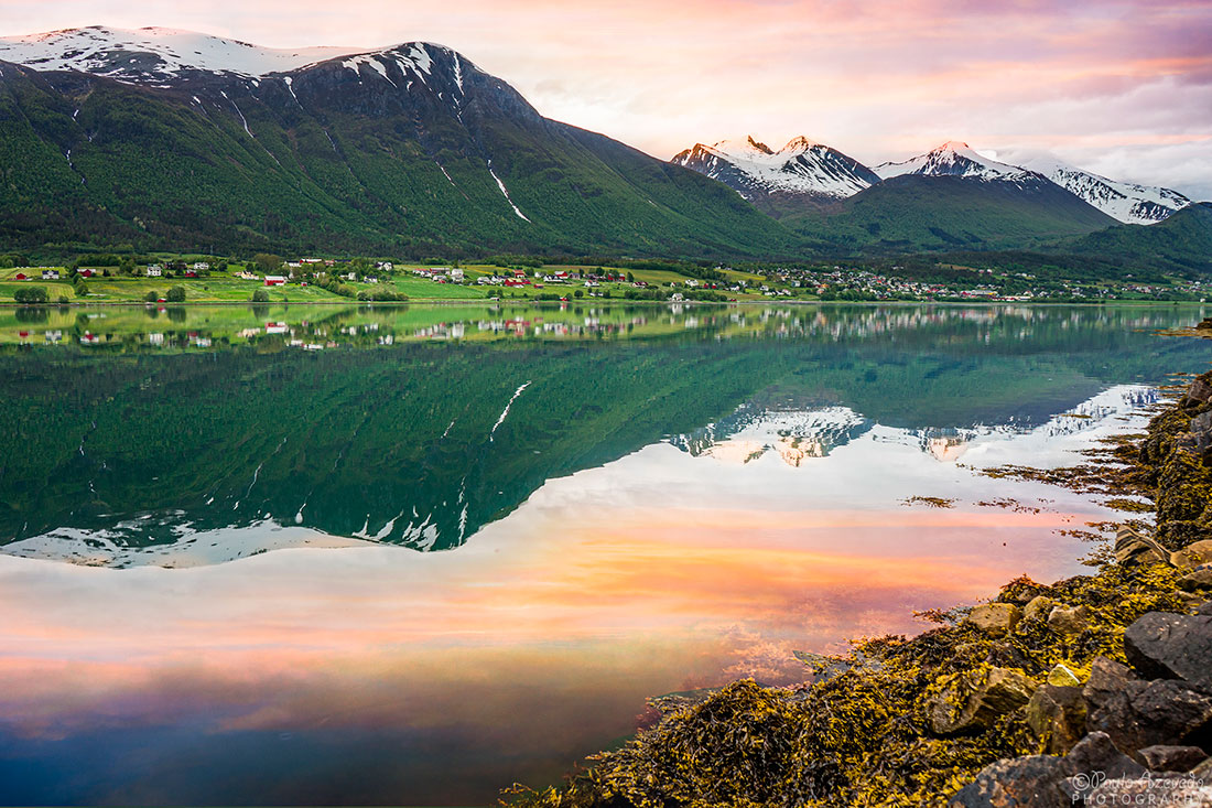 reflexo dos montes nevados nas águas do fiorde Isfjorden