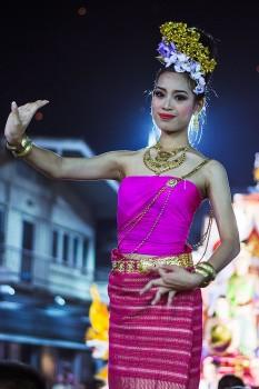 rapariga com traje tradicional durante uma festa de rua na Tailândia