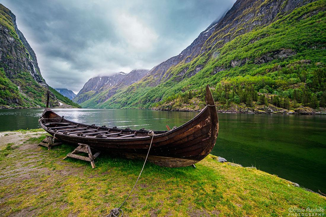 Barco viking num fiord perto da povoação de Gudvangen