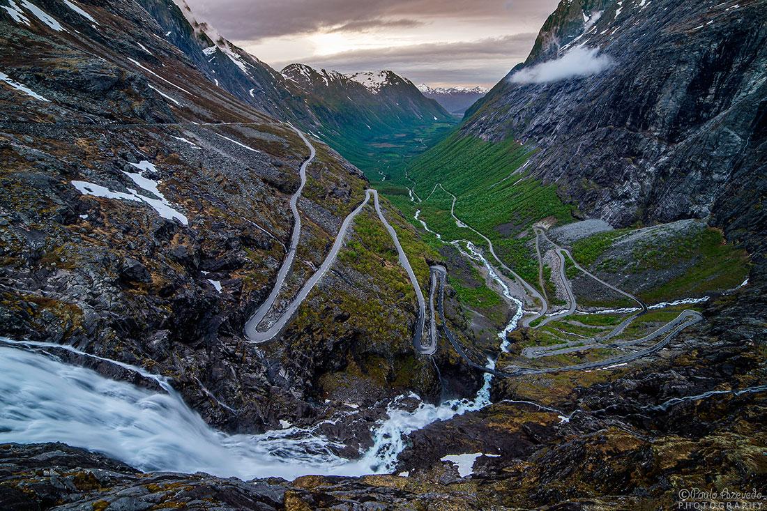 estrada sinuosa e cascata em Trollstigen