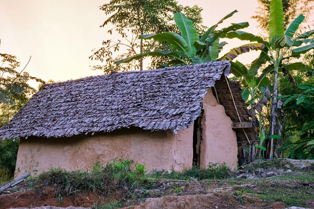 casa com estrutura e telhado de bamboo