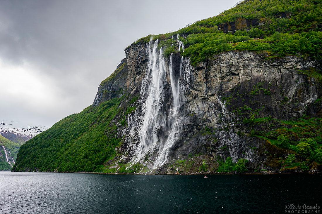 cascata corre encosta até ao fiord geirangerfjord