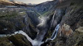 cascata e desfiladeiro de vøringfosse, na Noruega, ao pôr-do-sol