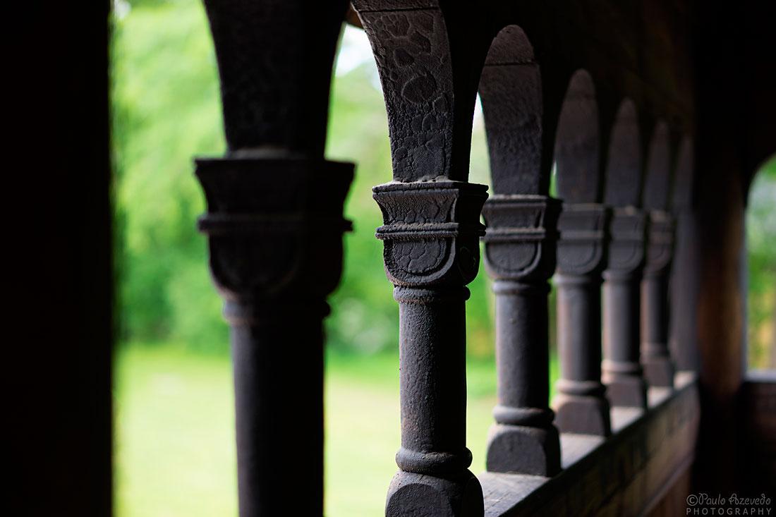 colunas em pedra de uma igreja em Oslo