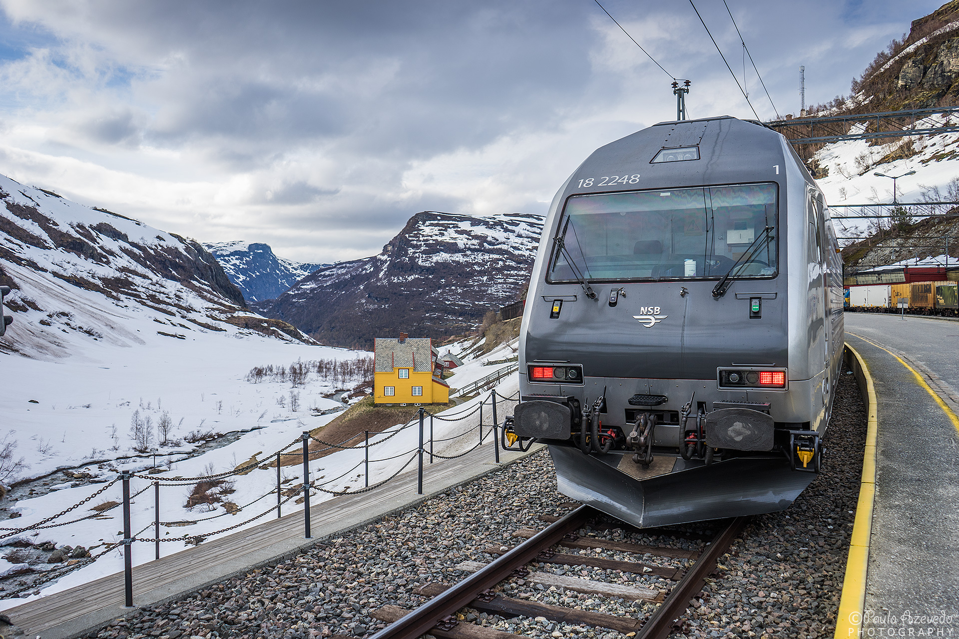 comboio flåmsbana entre montes e vales com neve
