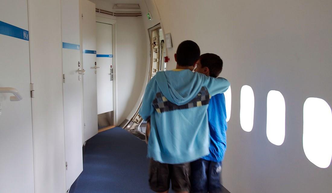 crianças no corredore de acesso aos quartos no hostel jumbo stay
