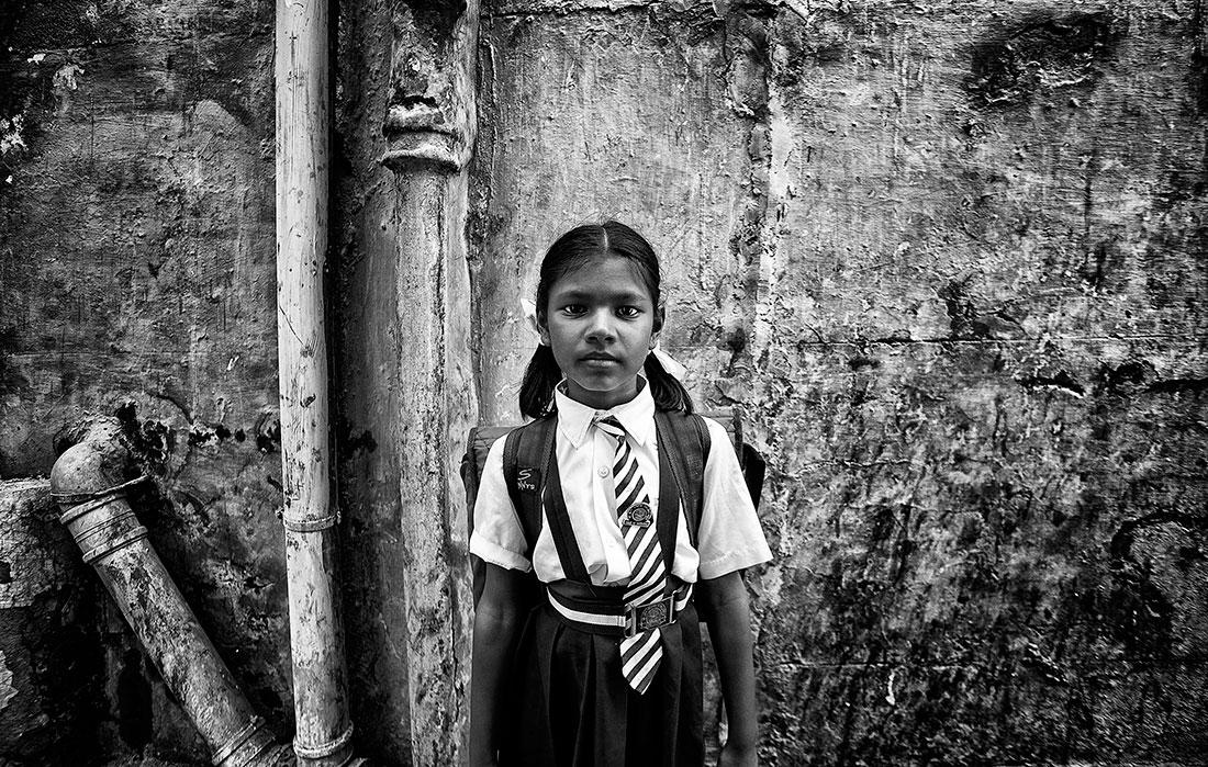 menina com farda da escola na Índia