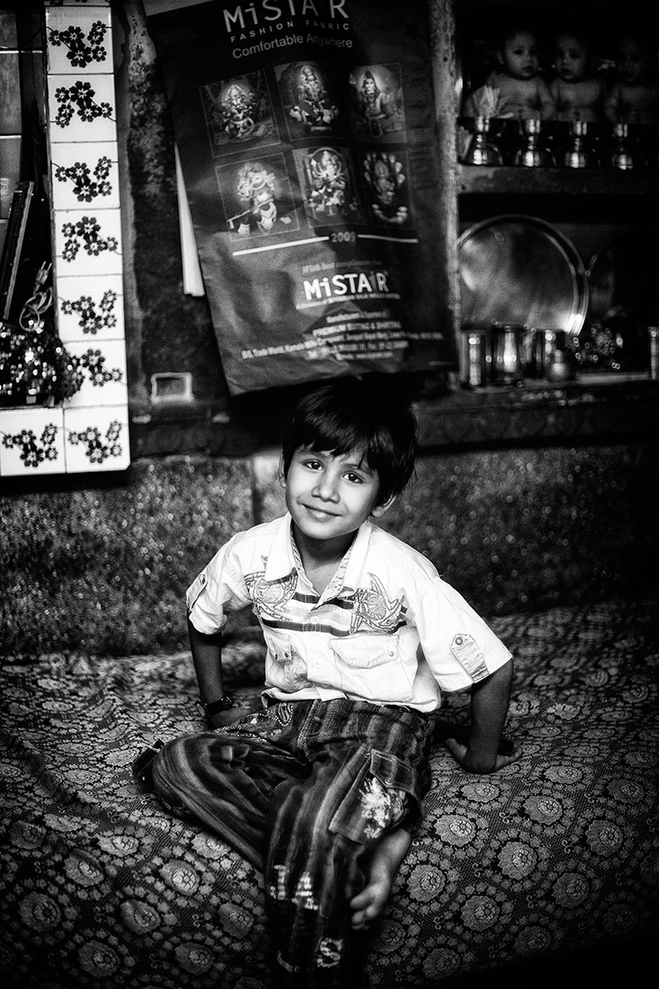 criança indiana no seu quarto