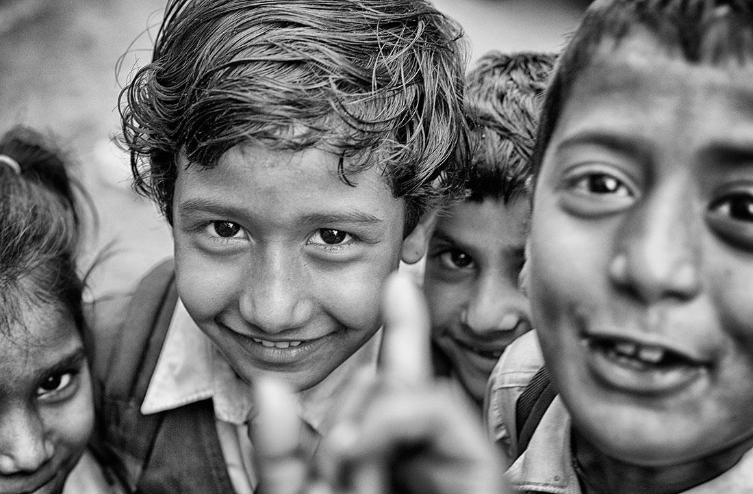 crianças indianas que olham para a camara fotográfica