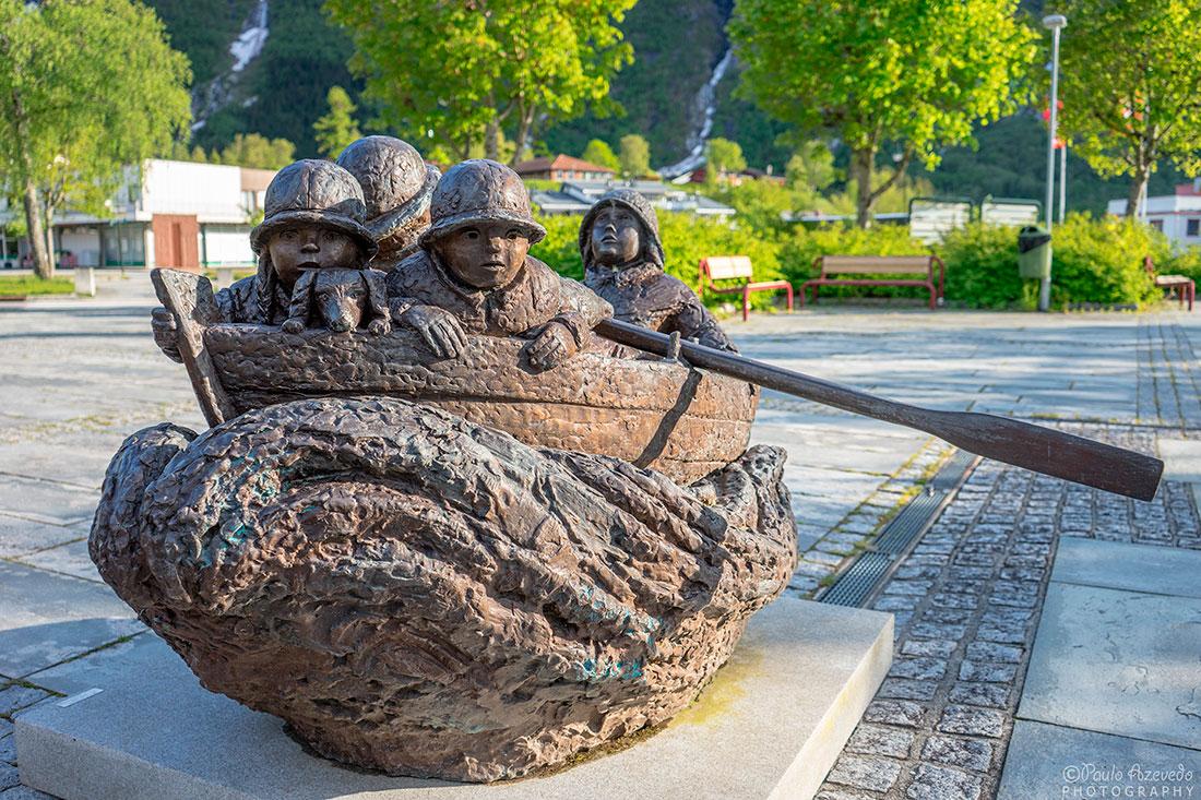 estatua em pedra com barco de pescadores em eidfjord