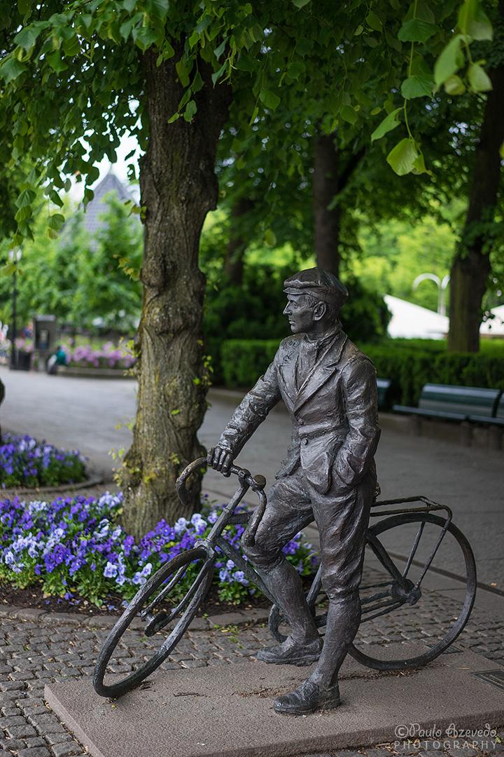 estátua de ciclista em jardim de Oslo