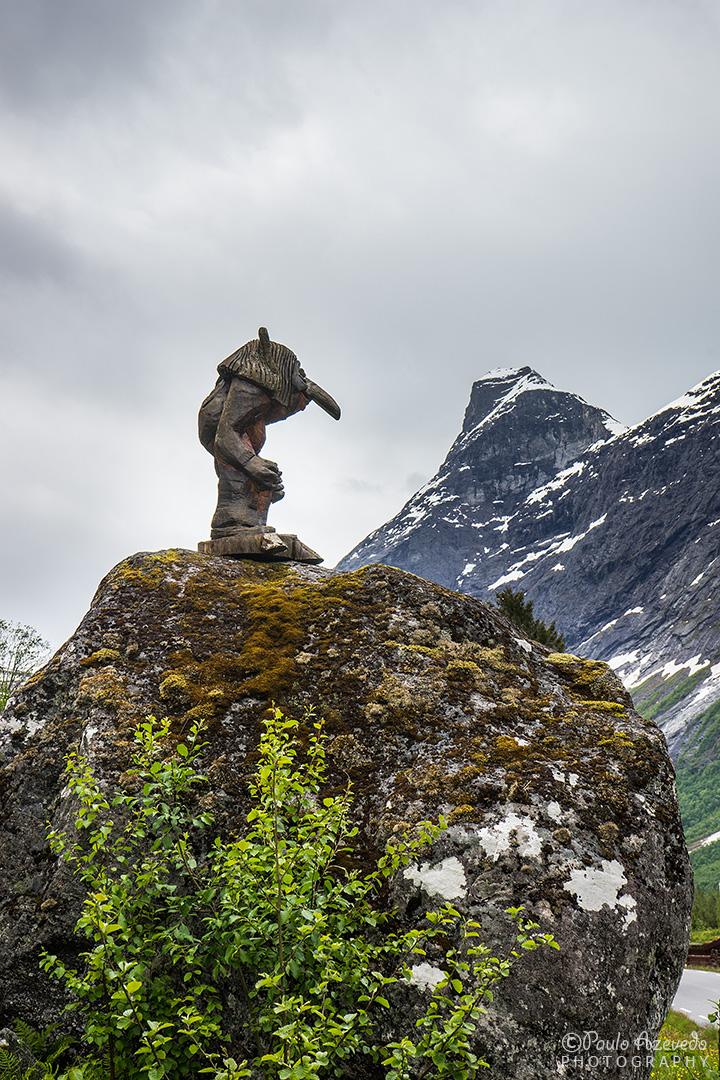 estátua de um troll nas montanhas da Noruega