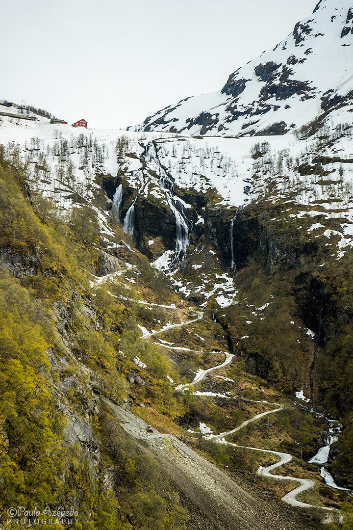 estrada e montes nevados em Myrdalssvingene