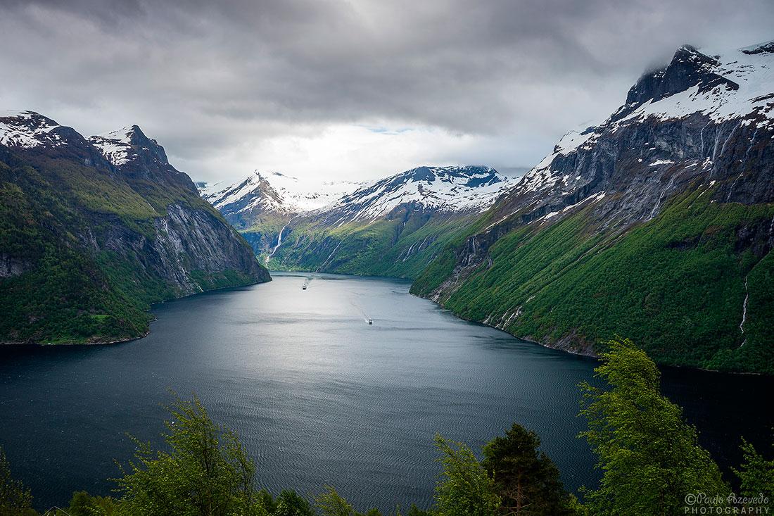 ferries nas águas do Geirangerfjord, cheio de picos nevados