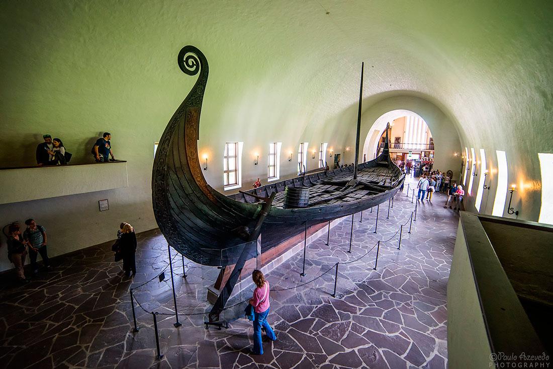 grande barco viking em exposição em museu