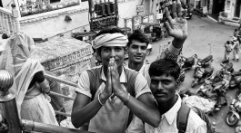 grupo de jovens nas ruas de Udaipur