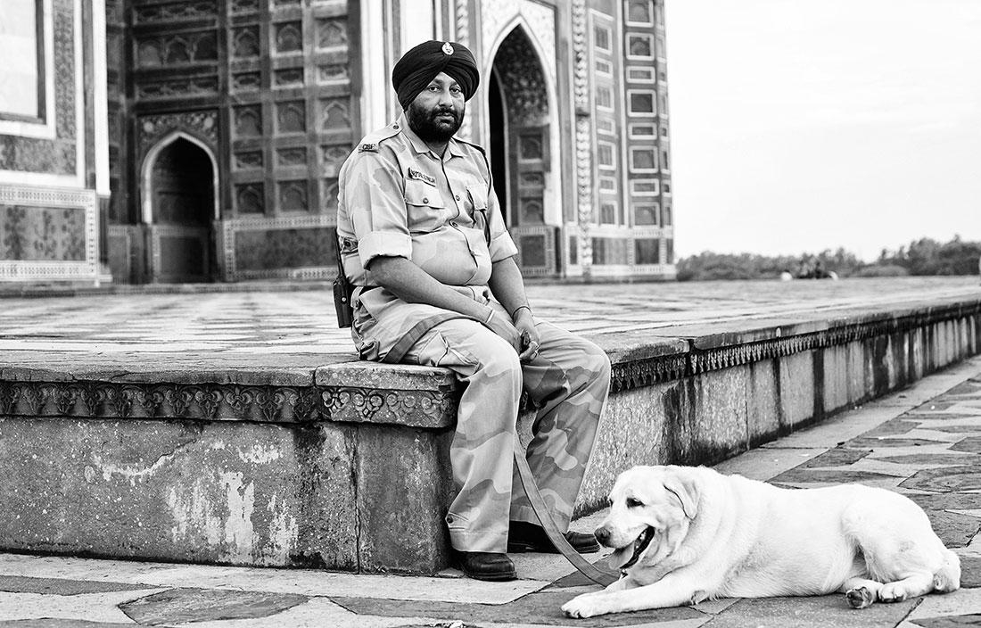 guarda com turbante e o seu cão no recinto do Taj Mahal