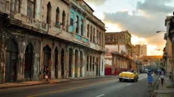 carro clássico numa das ruas degradadas de Havana