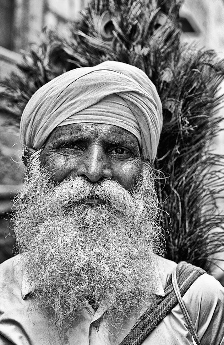 homem indiano com grandes barbas e turbante