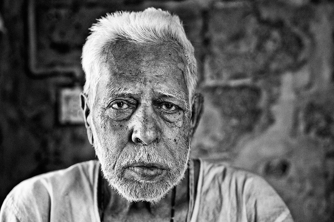 idoso doente em sua casa na Índia