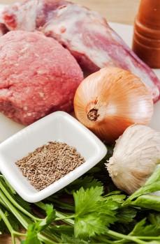 carne, especiarias, alho, cebola e salsa para prepar de koftas de bovino e borrego