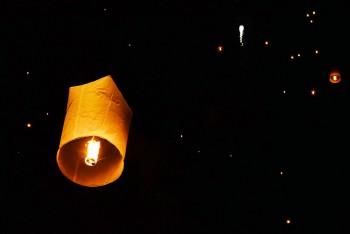 baloes de ar quente nos ceus de Chiang Mai durante o festival Loi Krathong