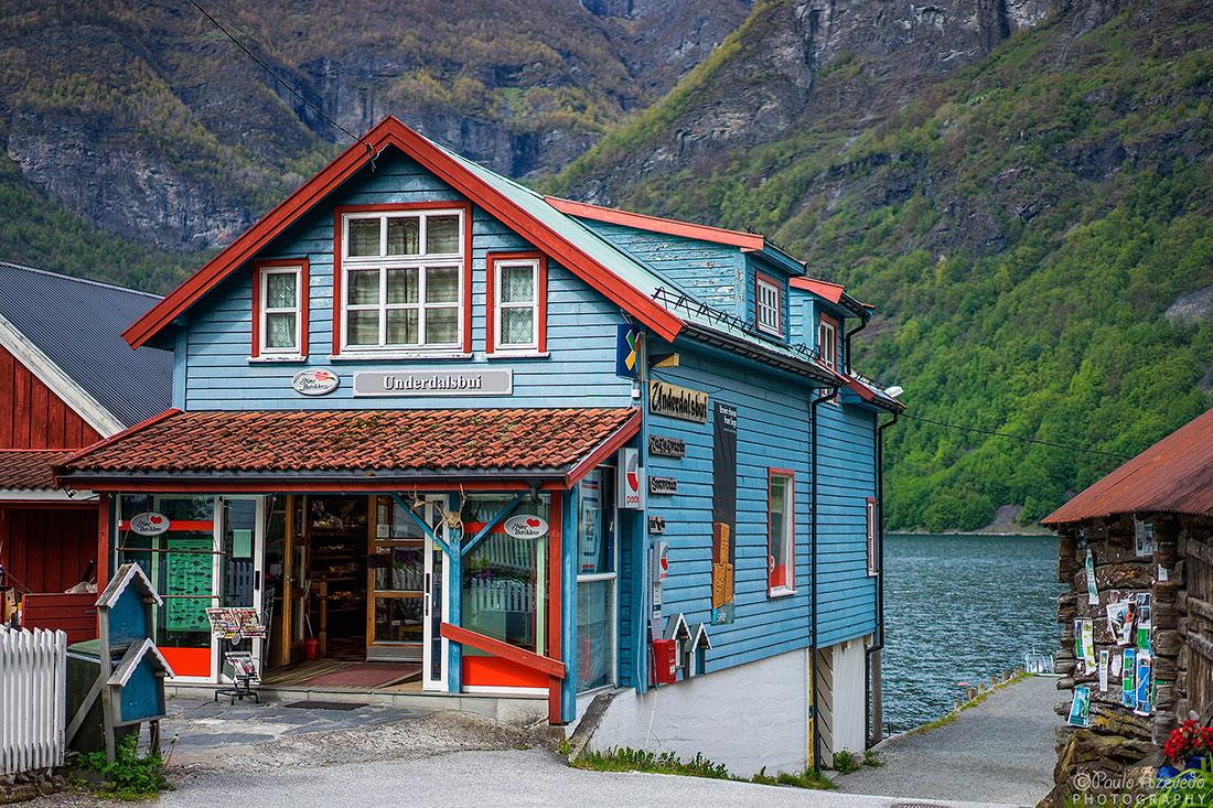 loja em casa de madeira típica em Undredal, Noruega