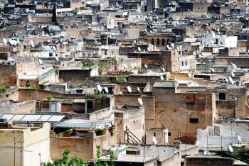 antenas parabólicas e casas da medida da cidade de Fez, em Marrocos.