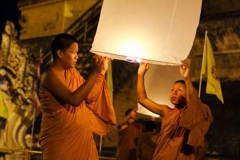 monges budistas com balão de ar quente