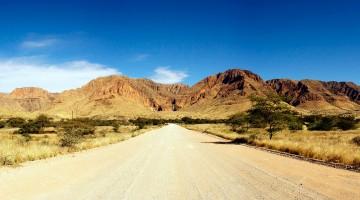 estrada no parque namib-naukluft na Namíbia