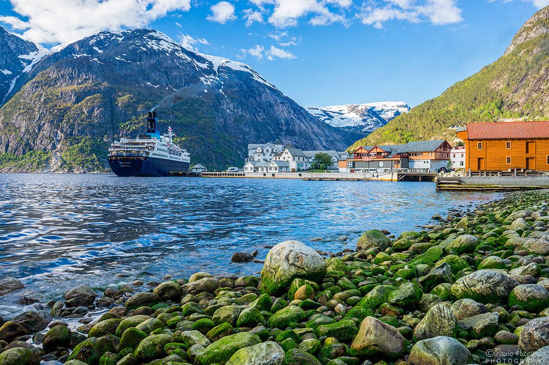navio cruzeiro parado junto a povoação na baia de Eidfjord