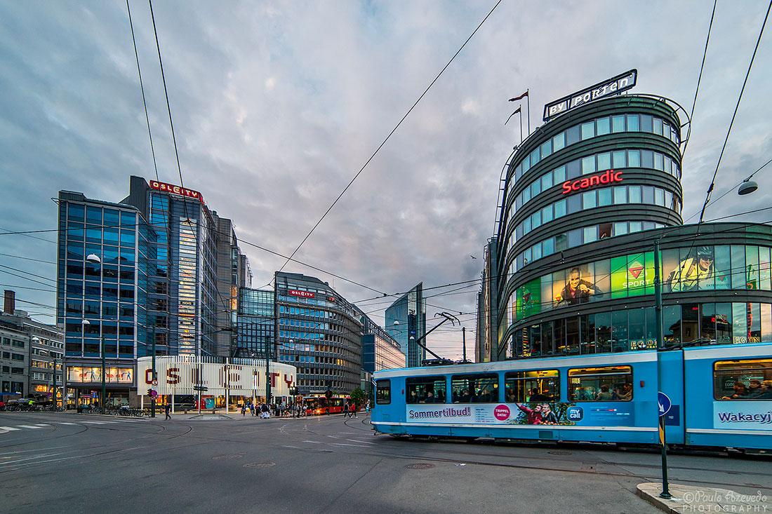 prédios e tram no centro de Oslo