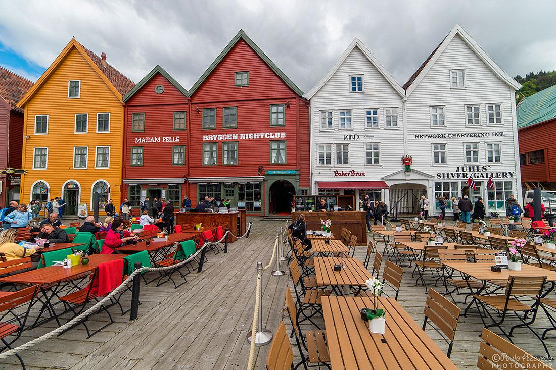 restaurantes, esplanadas e casas tradicionais no cais de Bryggen, em Bergen