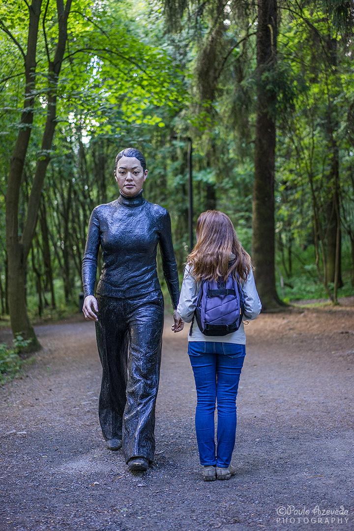 """estátua """"The Walking Woman"""" no parque Ekberg em Oslo"""