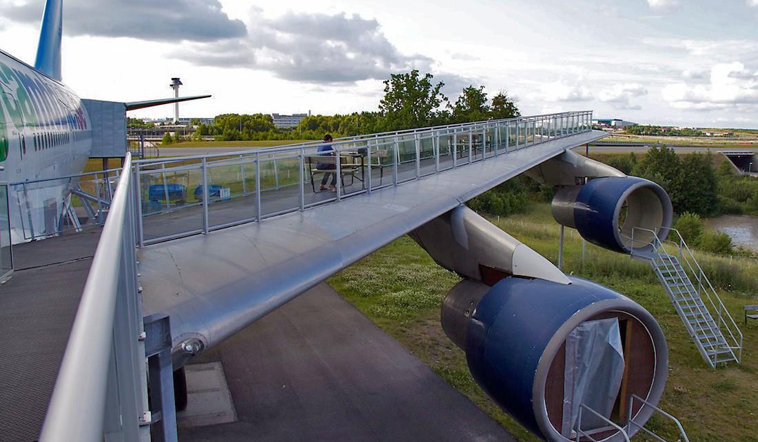 varandim sobre uma das asas do avião agora transformado no hostel Jumbo stay