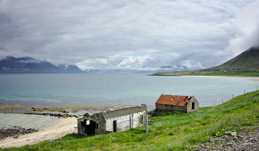 casas de uma quinta abandonada a caminho de Selardalur na Islândia