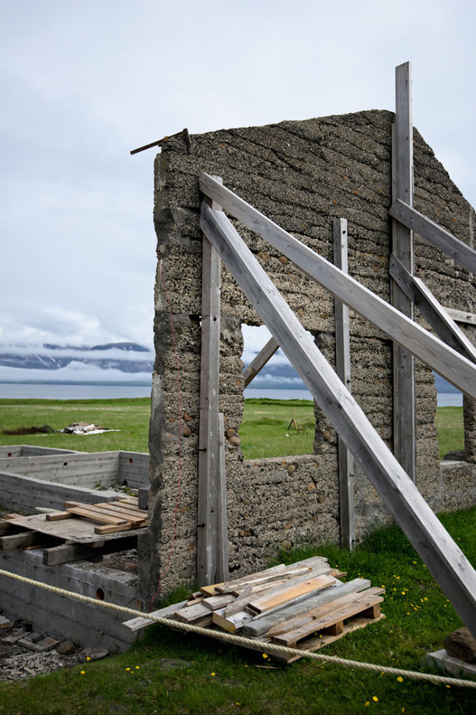 parede em ruínas da casa de Samúel Jónsson agora suportada por estacas