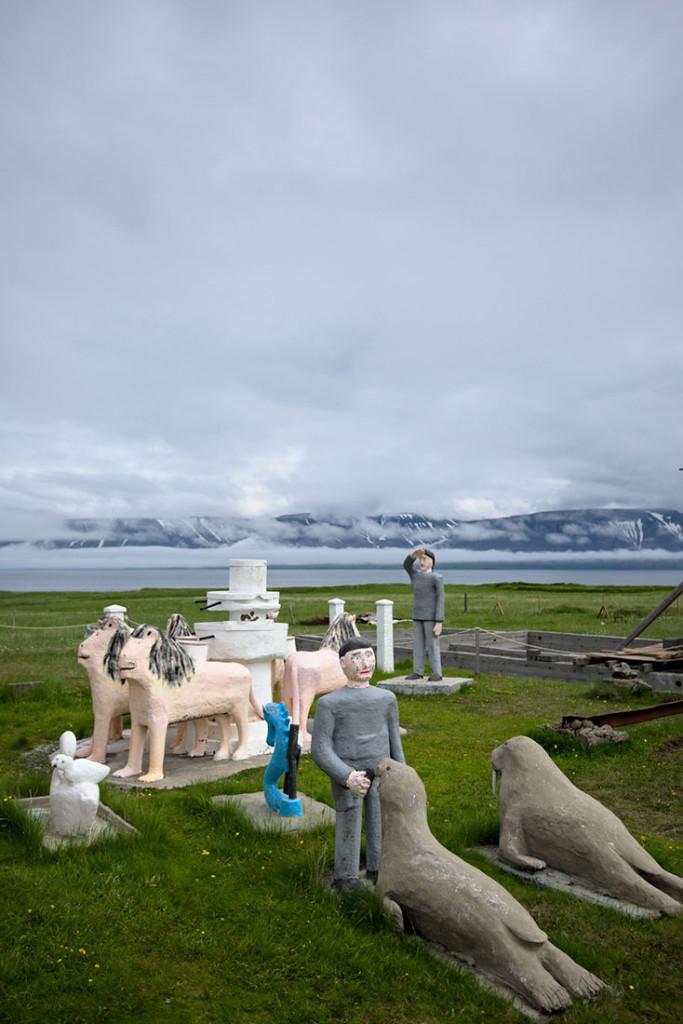 várias estátua no exterior do museu de Selárdalur na Islândia