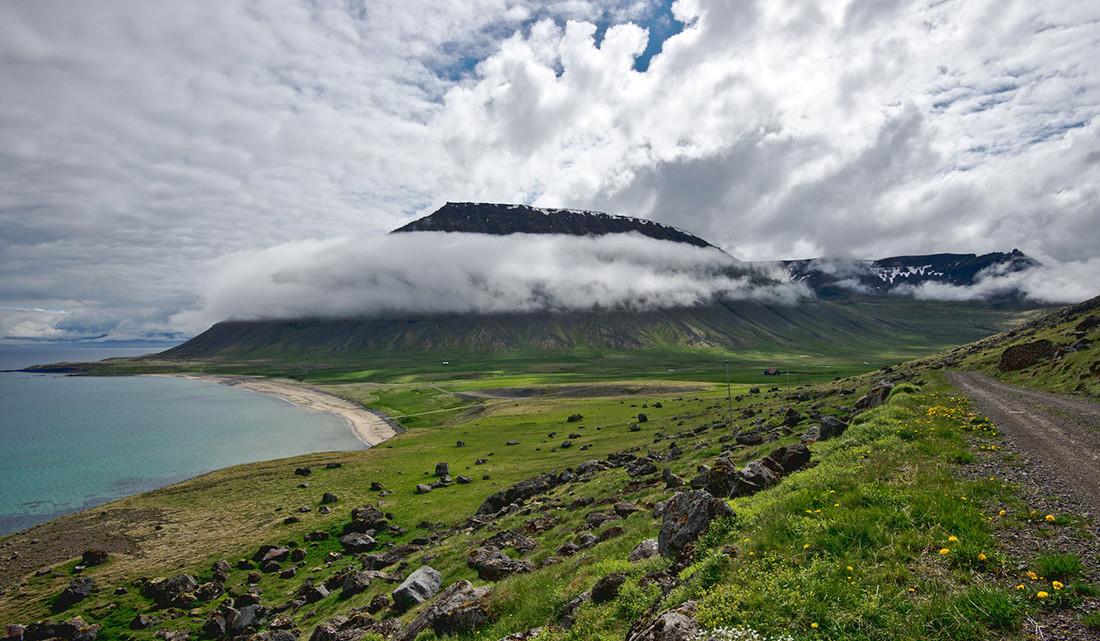 estrada de terra batida ao lado do fiorde que vai para Selardalur