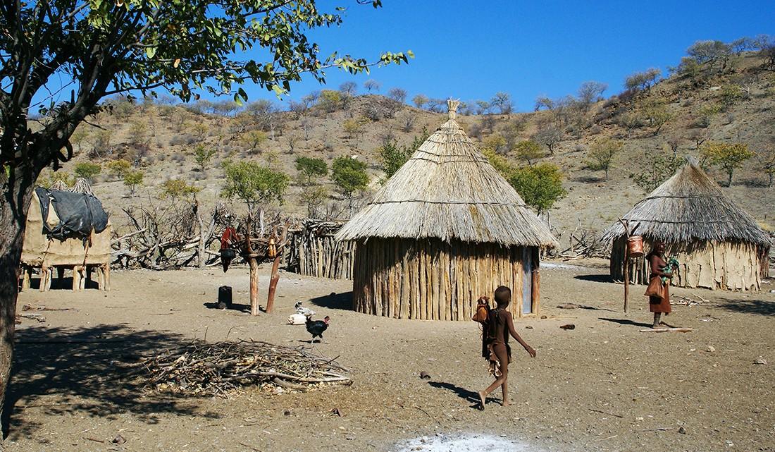 aparência de uma tradicional aldeia himba na Namíbia